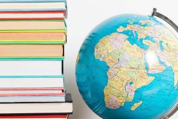 Pila de libros y globo