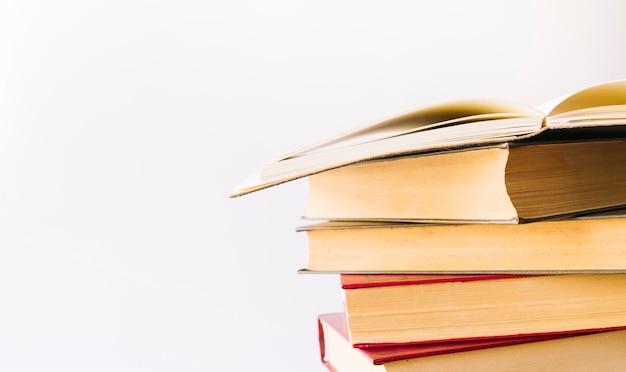 Pila de libros con libro abierto encima