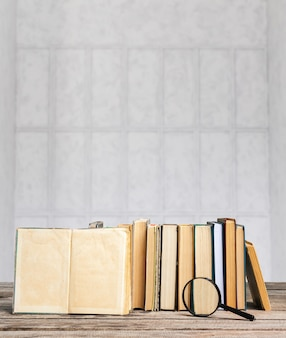 Una pila de libros en la mesa de madera