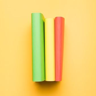 Pila de libros multicolores