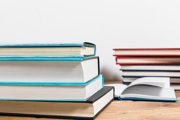 Pila de libros sobre mesa de madera minimalista.