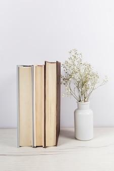 Pila de libros sobre la mesa de madera