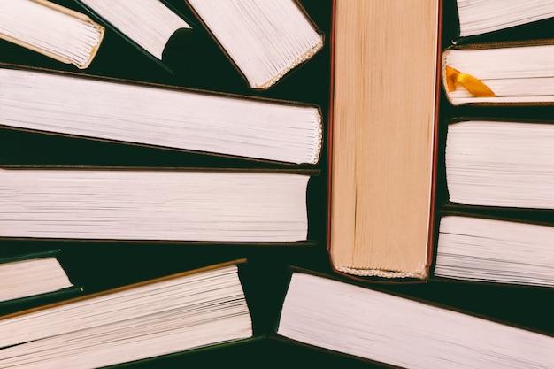 Una pila de libros, una vista desde arriba del borde de las páginas.