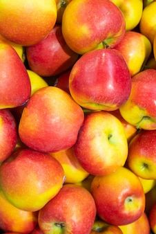 Pila de manzana colorida madura, colores rojo y amarillo, brillante. fruta