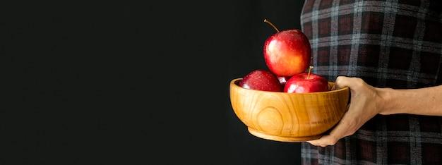 Pila de manzanas en un tazón copia espacio