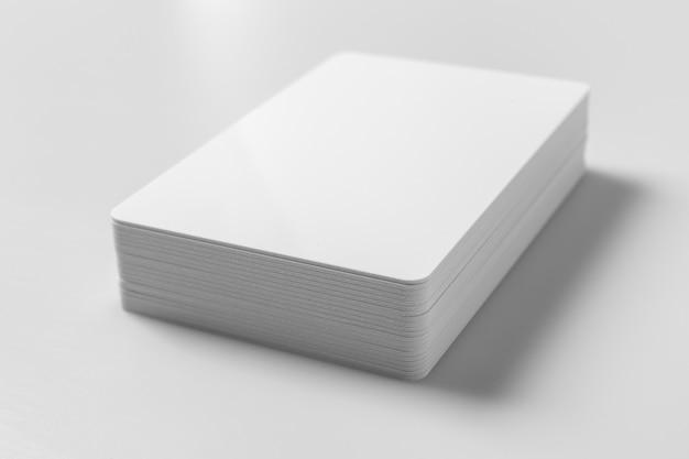 Pila de maqueta de tarjetas de crédito en blanco blanco sobre fondo blanco.