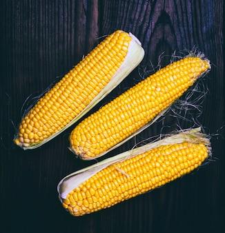 Pila de mazorcas de maíz fresco