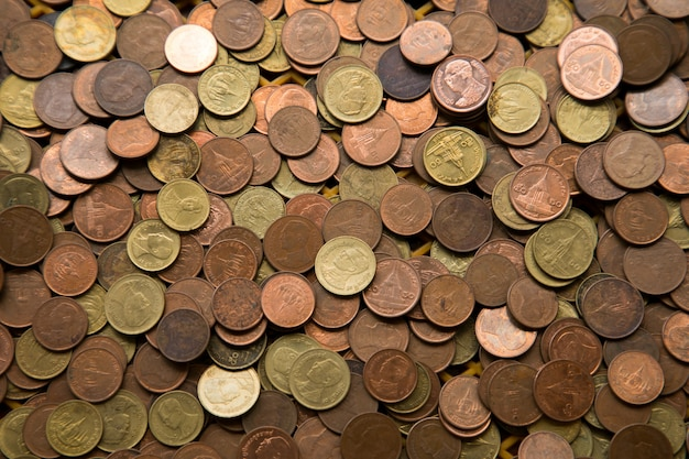 Pila de moneda de oro, moneda de plata, moneda de cobre.