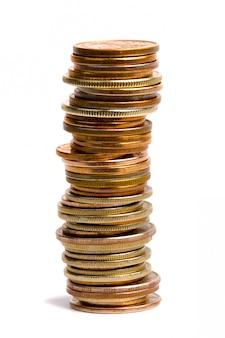 Pila de monedas aisladas sobre fondo blanco