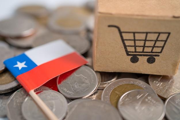 Pila de monedas, caja de carrito de compras con la bandera de chile, concepto de finanzas.