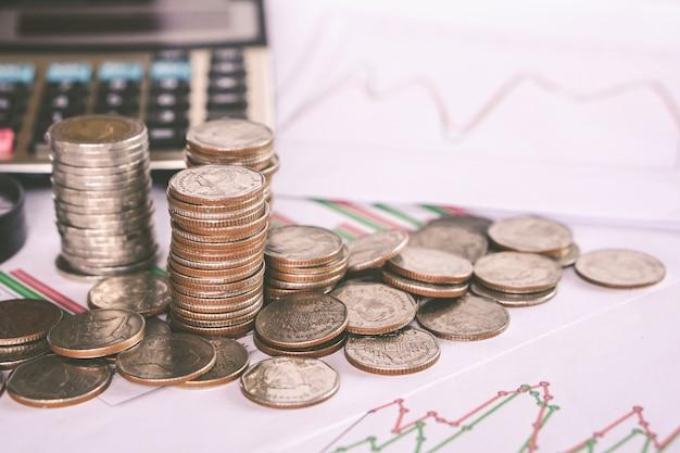 Pila de monedas, calculadora, fondo de ahorro de dinero