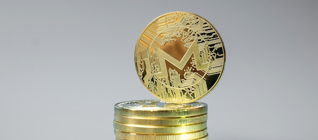 Pila de monedas de criptomoneda golden monero xmr