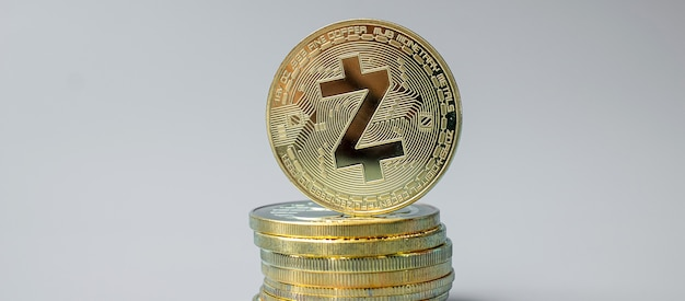 Pila de monedas de criptomoneda golden zcash zec, crypto es dinero digital dentro de la red blockchain