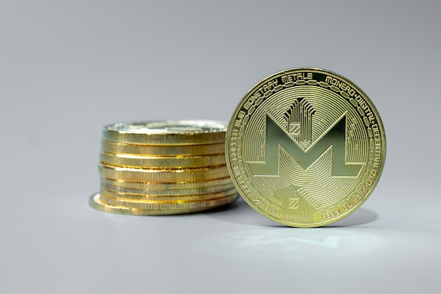 Pila de monedas de criptomonedas golden monero xmr, crypto es dinero digital dentro de la red blockchain
