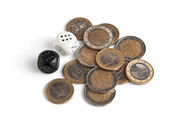 Pila de monedas y dados aislados
