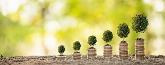 Pila de monedas en desenfoque éxito empresarial o concepto de crecimiento de dinero