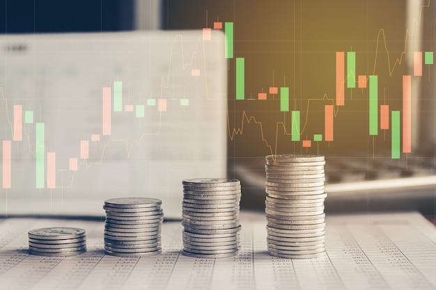 Pila de monedas de dinero con concepto de inversión financiera de gráfico comercial se puede utilizar como fondo