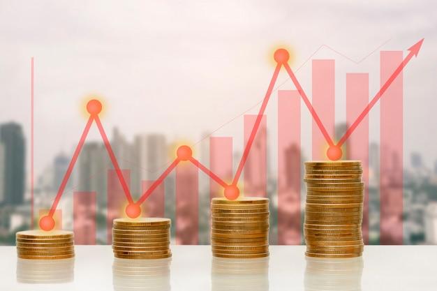 Pila de monedas de dinero con creciente gráfico y flecha hacia arriba, por concepto de negocio.