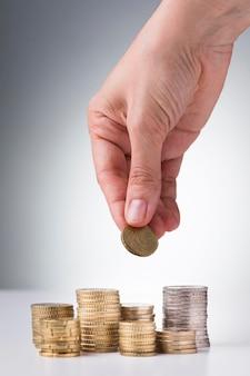 Pila de monedas en el escritorio