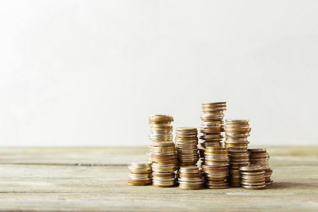 Pila de monedas en mesa de madera