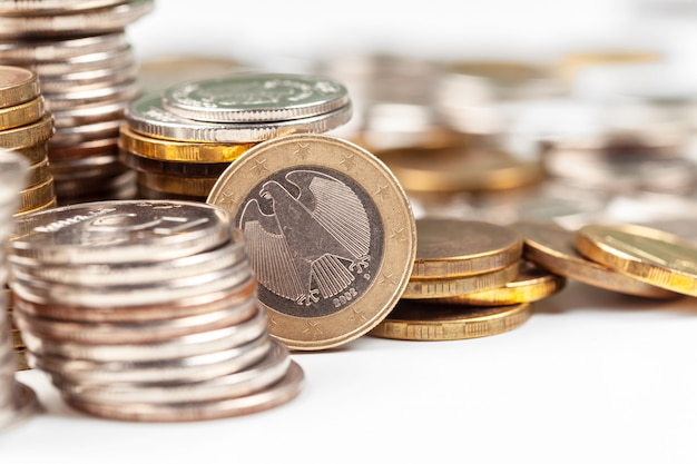 Pila de monedas en la mesa