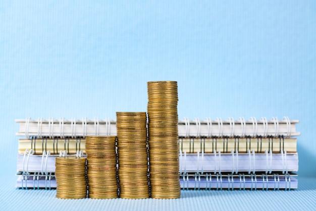 Pila de monedas y papel de cuaderno