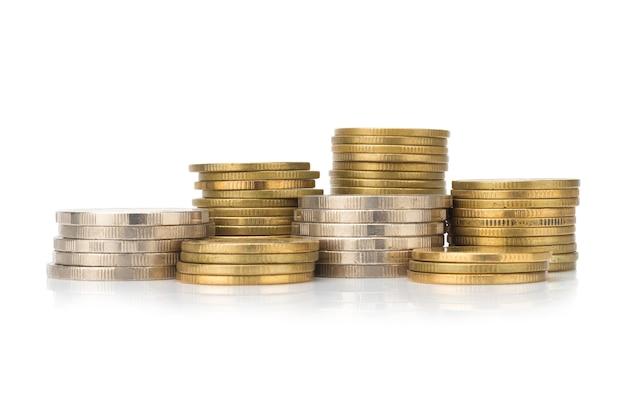 Pila de monedas de plata y glod. pueblo. pila. aislado en fondo blanco