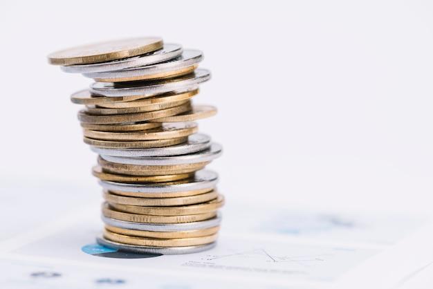 Pila de monedas de plata y oro en gráfico