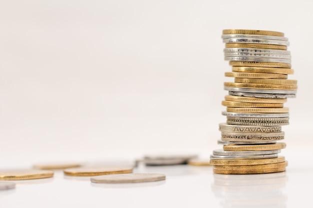 Pila de monedas sobre fondo blanco.
