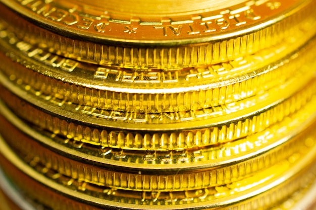 Pila de monedas, vista de cerca de bordes de monedas con enfoque selectivo