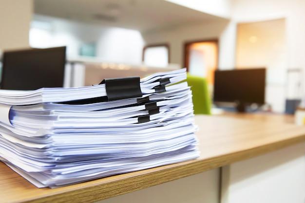La pila de muchos papeles en la oficina de escritorio se acumula.