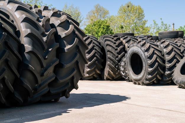 Pila de neumáticos de máquinas grandes. neumáticos industriales fuera para la venta