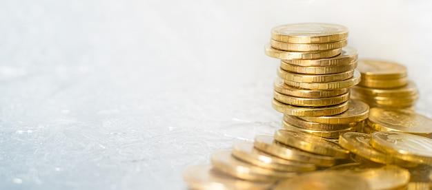 Pila de oro de fondo de diferentes monedas de oro sobre la mesa.