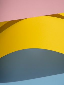 Pila de páginas de formas abstractas de papel con sombra
