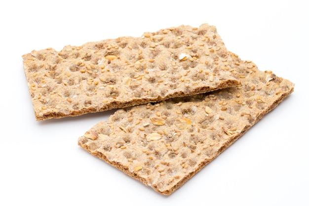 Pila de pan integral crujiente con semillas de girasol, chía y sésamo