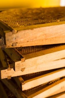 Pila de panales de abeja de granja
