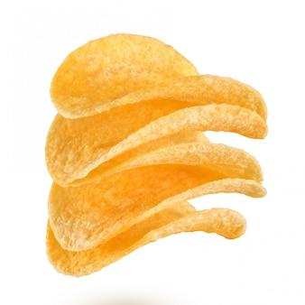 Pila de papas fritas aislado sobre fondo blanco.