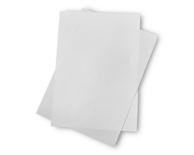 Pila de papel blanco aislado sobre fondo blanco. objeto con trazado de recorte