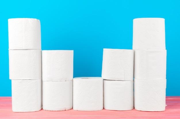Pila de papel higiénico en azul brillante