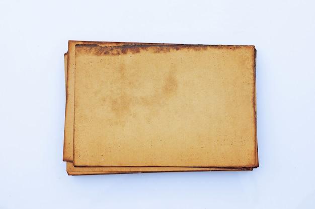 Pila de papel marrón antiguo para el fondo.