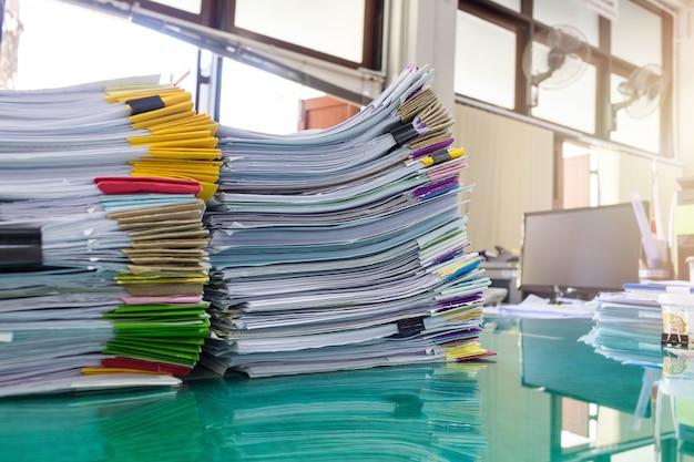 Pila de papel en la oficina, efecto sun flare.
