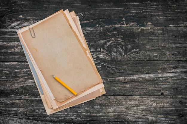 Pila de papel viejo y lápiz