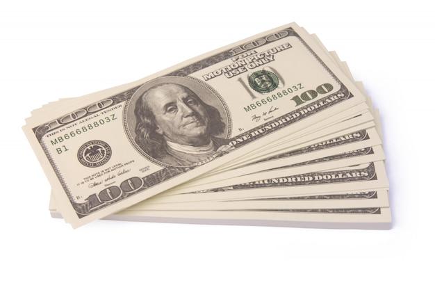 Pila de paquetes de billetes de dólar aislado con trazado de recorte