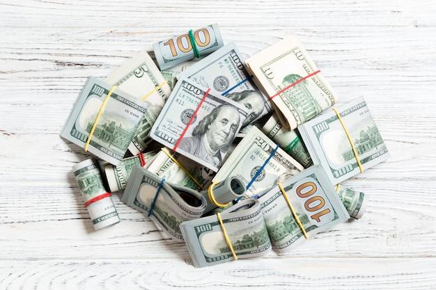 Pila de paquetes de billetes de dólar estadounidense. billetes de cien dólares con pila de dinero en el medio