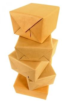 Pila de paquetes de papel marrón