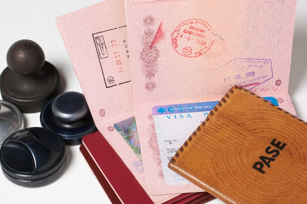 Una pila de pasaportes y sellos