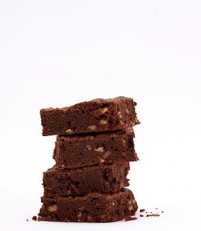 Pila de pastel de chocolate al horno cuadrado brownie con nueces