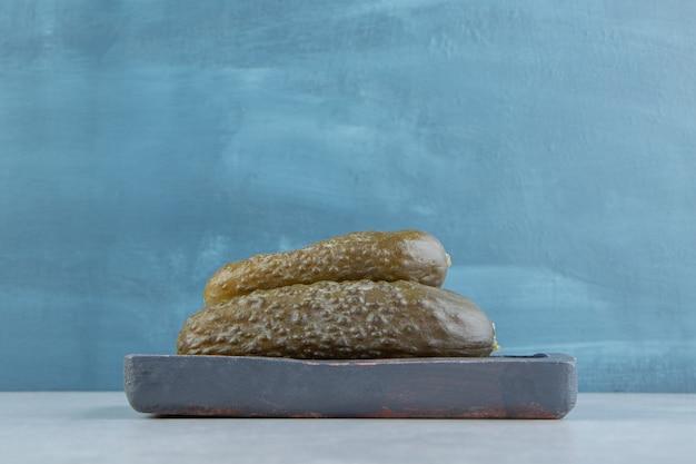 Una pila de pepino encurtidos en una placa