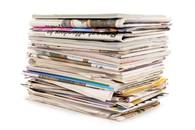 Pila de periódicos y revistas viejas