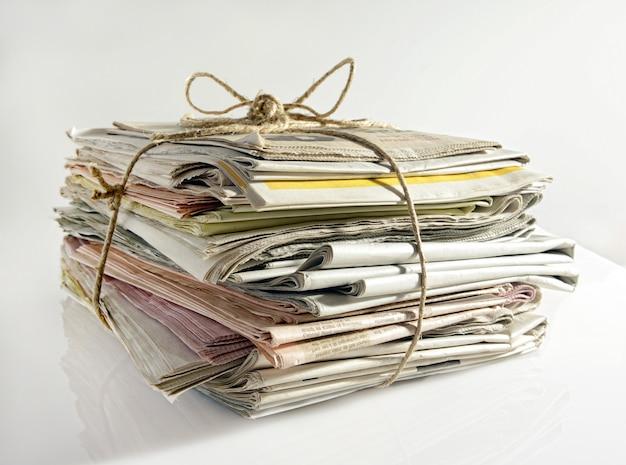 Pila de periódicos viejos atados con una cuerda